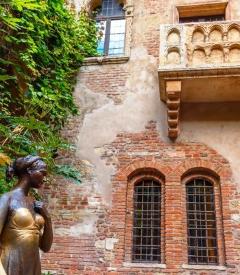 Juliet-staue-and-balcony-by-Juliet-house-Verona-Italy-min