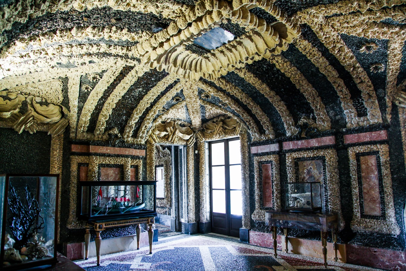 Дворцы Италии, дворец на острове Борромео, дворец из ракушек